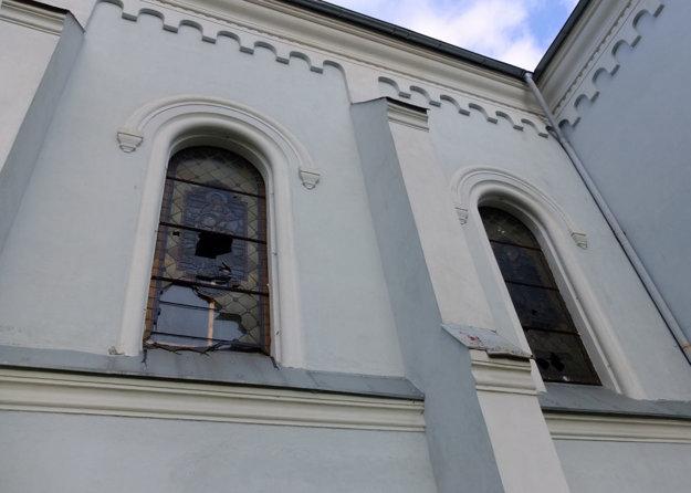 Vitrážové okná sú v zlom stave.