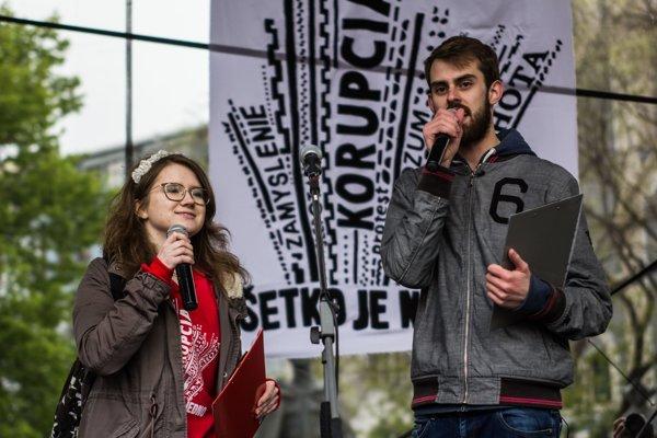Karolína Farská a Dávid Straka sa prihovárajú účastníkom protestu proti korupcii na Námestí SNP v Bratislave 18. apríla 2017.
