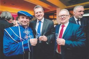 Jaro Drienik alias rytier rádu ovocných destilátov (vľavo)prijal pozvanie ako zástupca regiónov.
