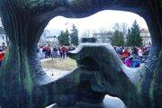 Pri protestoch sa ľudia stretávajú vždy pred touto sochou na námestí.