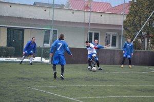Futbalisti Domaniže (v modrom) budú namiesto  zápasu trénovať na umelej tráve