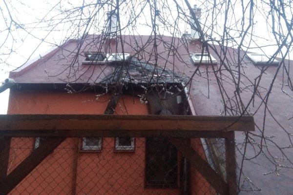 Požiar žilinskej centrály strany SMER poškodil strechu i vnútorné priestory.