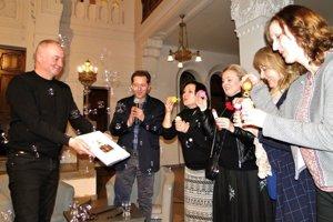"""""""Bublinový krst"""" – zľava Martin Štěpánek, Karol Felix, Zuzana Felixová, Eva Pavlíková, Katka Hrivňáková aHanka Ondrejičková."""