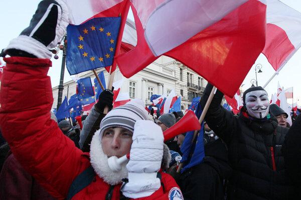 """Mottom protestných pochodov, ktoré zorganizoval poľský Výbor na obranu demokracie, je slogan """"na obranu tvojej slobody""""."""