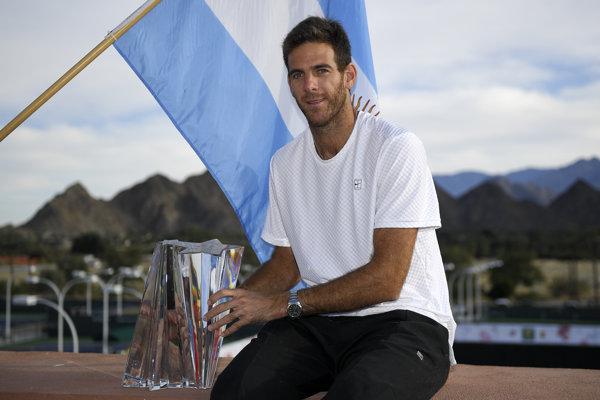 Argentínsky tenista Juan Martin del Potro pózuje s trofejou po zisku titulu na ATP v kalifornskom Indian Wells.
