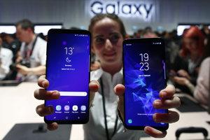 Modely Samsung Galaxy S9 a S9+ na prezentácii v Barcelone.