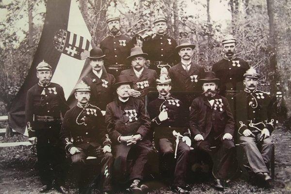 Fotografia z prelomu 19. a 20. storočia. Samuel Weber je na lavičke druhý zľava.