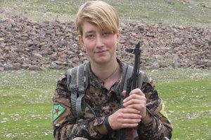 Anna Campbellová v uniforme kurdských jednotiek.