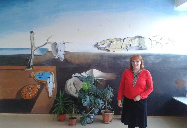 Pred študentskou maľbou stojí riaditeľka školy Eva Chylová.