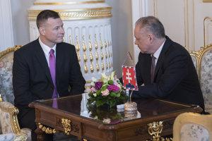 Vpravo prezident SR Andrej Kiska a vľavo kandidát na ministra spravodlivosti SR Gábor Gál.