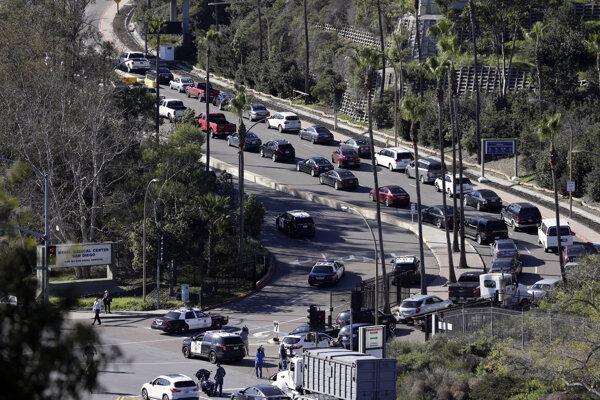 Dopravu zablokoval príchod policajných vozidiel na miesto streľby.