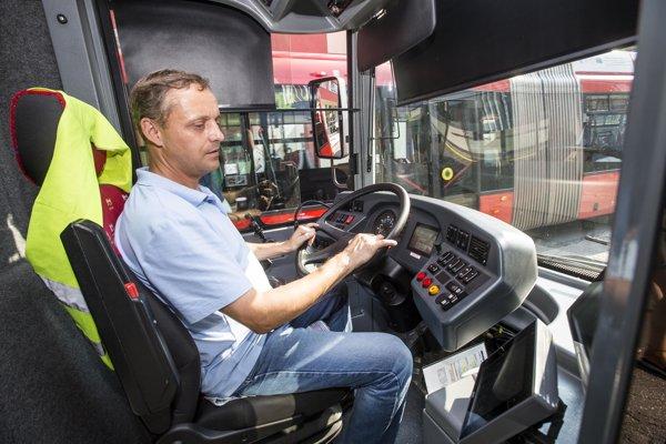 Najviac vodičov chýba Dopravnému podniku Bratislava v trolejbusoch a autobusoch.