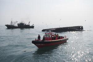 Prevrátená čínska rybárska loď.
