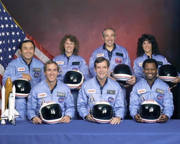 Oficiálna fotografia členov posádky raketoplánu Challenger misie 51-L. V zadnej rade (z ľavej strany)  Ellison S. Onizuka, Sharon Christa McAuliffe, Greg Jarvis a Judy Resnik. V spodne rade Mike Smith, Francis Scobee a Ron McNair.
