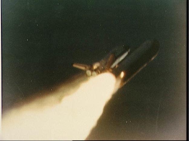 Pri vzlete sa za raketoplánom začal objavovať neobvyklý čierny dym. Fotografiu zhotovili približne 58 sekúnd po štarte.