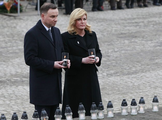 Chorvátska prezidentka Kolinda Grabar-Kitarovičová s poľským kolegom Andrzejom Dudom pri zapaľovaní sviečok v bývalom koncentračnom tábore Auschwitz.