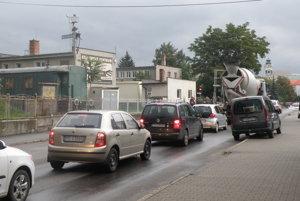 Doprava v Prievidzi je prehustená, odľahčil by ju obchvat mesta.