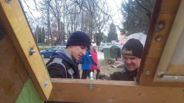 Michal Vavrík (vľavo) s pomocníkom.