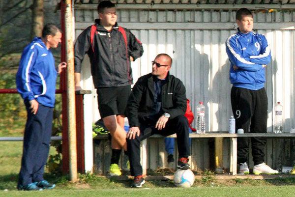 Novým trénerom Ivanky sa stal bývalý hráč Ján Bernát (sedí na lavičke).