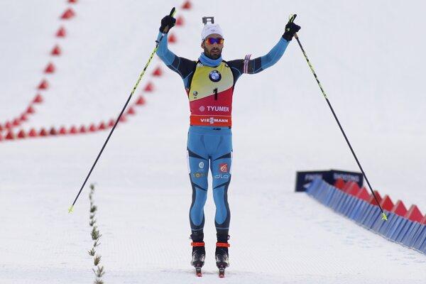 Martin Fourcade oslavuje víťazstvo v sobotňajších pretekoch.