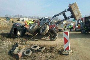 Audi po náraze do traktora na stavenisku diaľnice pri Budimíri.