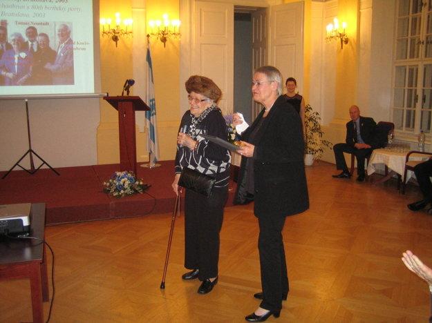 Mina Neustadt s matkou pri preberaní vyznamenania