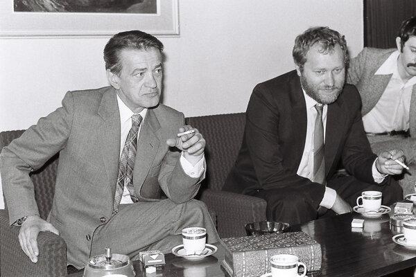 Zľava Miroslav Válek, vedľa neho Milan Resutík. Cigaretka v ruke nesmela chýbať ani na rokovaní.