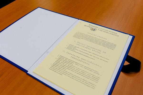 Zmluva verejného záväzku k protikorupčným opatreniam iniciatívy Štrngám za zmenu.
