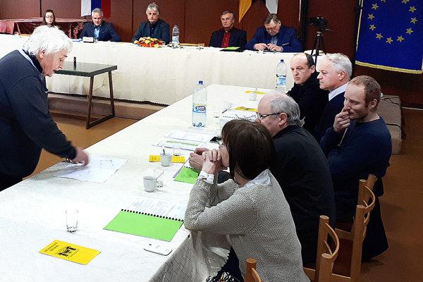 Vedúci oddelenia výstavby Vladimír Natšin ukazuje poslancom situáciu týkajúcu sa ciest okolo novej bytovky na Brehoch.