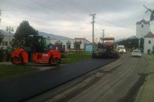 Mnoho ulíc dostalo v Turanoch nový asfalt.