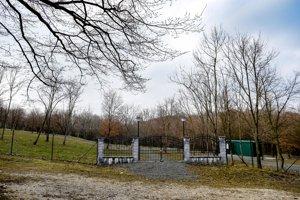 Plánovaný zvierací cintorín Borievka v Dúbravke je oplotený už takmer dva roky.