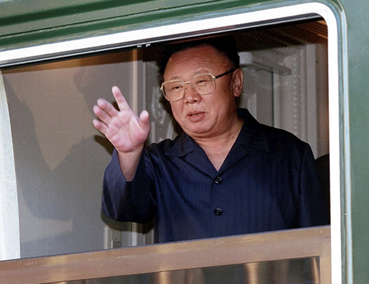 Severokórejský vodca Kim Čong-il v roku 2002 máva zo svojho obrneného vlaku. 647e47ced04