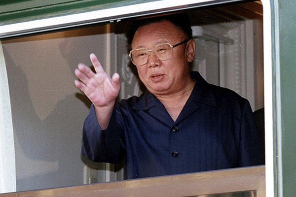 Severokórejský vodca Kim Čong-il v roku 2002 máva zo svojho obrneného vlaku.