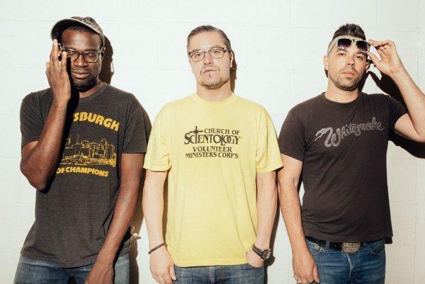 Projekt Nevermen tvoria Tunde Adebimpe z kapely TV On the Radio, Mike Patton a raper Adam Drucker.