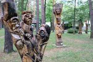 Sochy z minulých ročníkov sympózia, ktorých je v lesoparku už tridsaťdeväť.