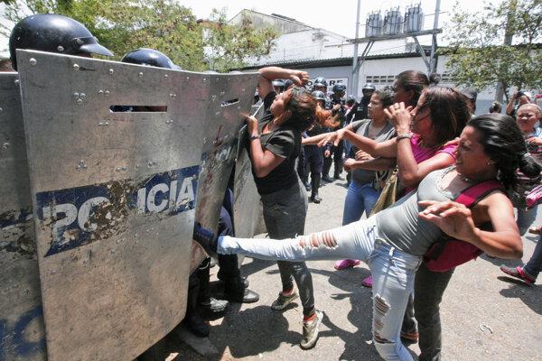 Hnev príbuzných obetí požiaru vo venezuelskom meste Valencia.