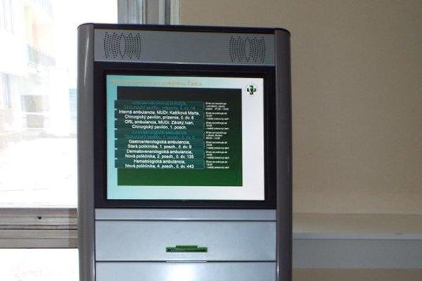 Pri dvoch vchodoch do poliklinických častí a jednom v chirurgickom pavilóne umiestnili tri kiosky, ktoré budú vydávať pacientom poradové číslo pre ambulanciu, ktorú potrebujú navštíviť.