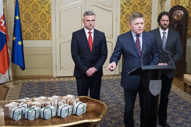 Odborník na bezpečnosť tvrdí, že ukázaním miliónu v hotovosti Fico vzbudil chuť ľudí si na peniaze siahnuť.