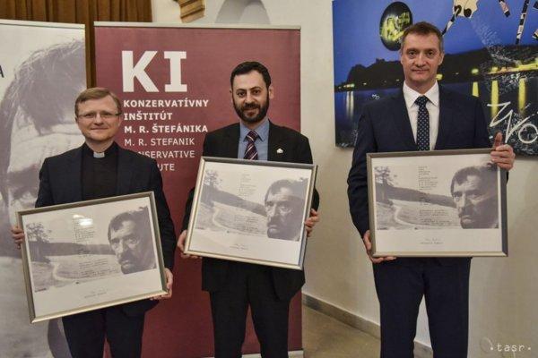 Na snímke laureáti Ceny Dominika Tatarku za rok 2017 zľava Miloš Lichter, Misho Kapustin a Bohdan Hroboň počas slávnostného udeľovania cien v Bratislave.