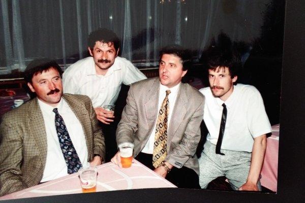 Ján Miroľa (úplne vpravo) anovinár Jozef Jurčišin. V spoločnosti futbalových osobností Antonína Panenku aKarola Dobiáša.