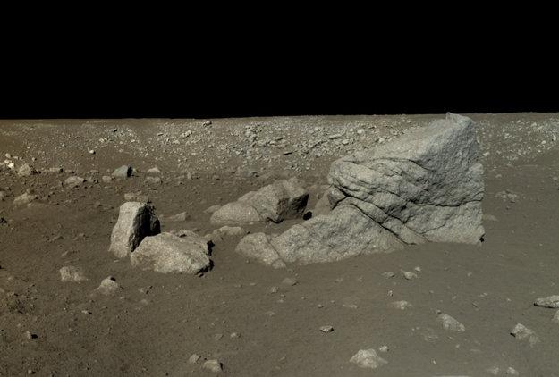 Mozaiku zo šiestich obrázkov zachytil rover Yuta juhozápadne od pristávacieho modulu pri skale Long Yan (Pyramídová skala).