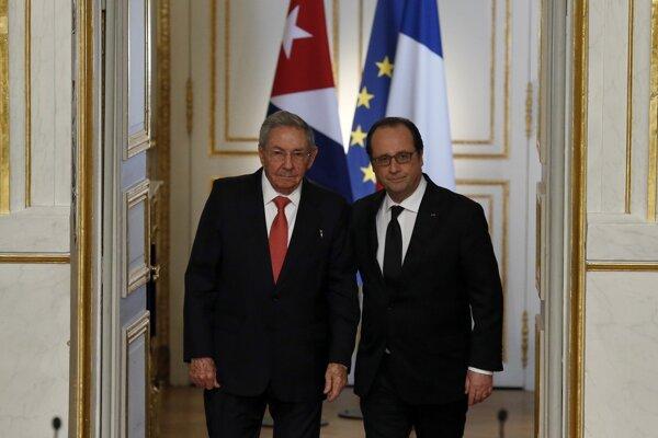Kubánsky prezident Raúl Castro (vľavo) na návšteve v Paríži. Na fotografii spolu s francúzskym prezidentom Francoisom Hollandem.