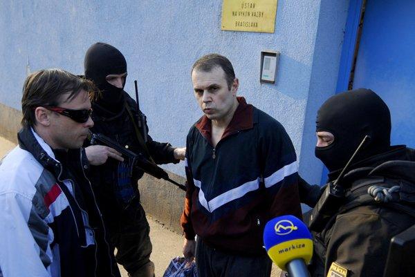Jegorov v sprievode polície po prepustení z väzby 22. februára 2012.
