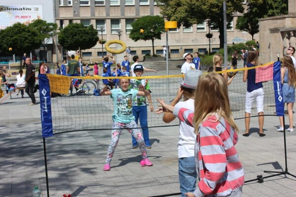 Jedným z netradičných športov, ktoré sa na námestí hrali, je ringo.