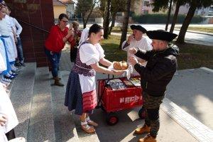 V škole ich privítali chlebom a soľou.