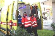 Nakladanie pacienta do sanitky.