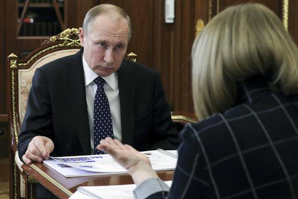 Putin na stretnutí so šéfkou ruskej Ústrednej volebnej komisie Ellou Pamfilovovou.
