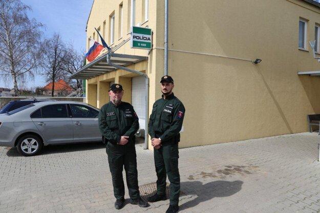 Títo dvaja policajti, zľava- Štefan Buchta  a Marek Procházka, zachránili mladíkovi život.