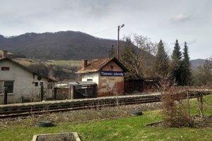 Miesto, kde počas vyčíňania výtržníkov zastal vlak. Tu zasahovala aj polícia.