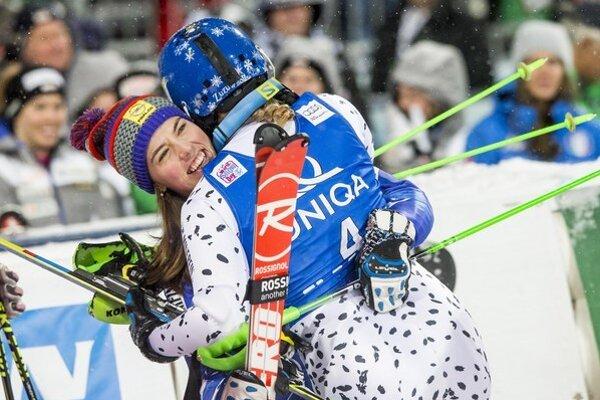 Veronika Velez-Zuzulová (vpravo) sa objíma s krajankou Petrou Vlhovou.